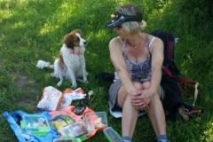 Lotta und ich machen Pause mit Picknick und Blick auf´s Tal. Schön!